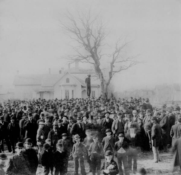 History Art Print featuring the photograph 1000 People Gather To See The Body Of by Everett
