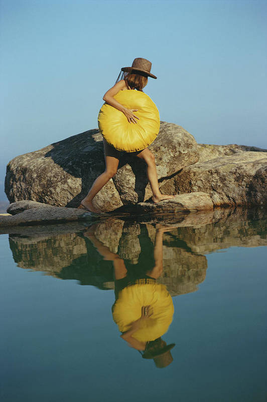 Costa Smeralda Art Print featuring the photograph Finding A Spot by Slim Aarons