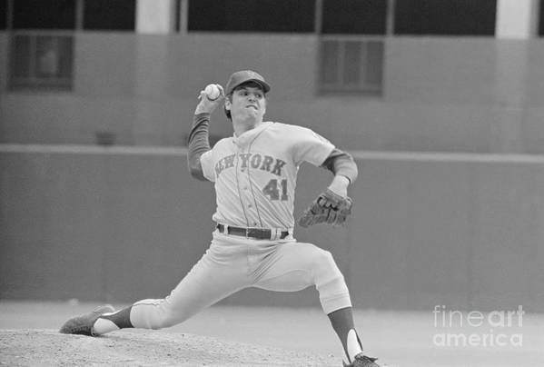 Tom Seaver Art Print featuring the photograph Tom Seaver In Pitching Stance by Bettmann