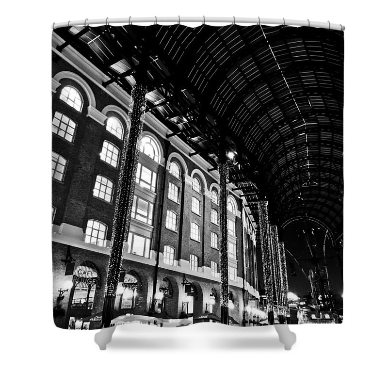 Hays Shower Curtain featuring the photograph Hays Galleria London by David Pyatt