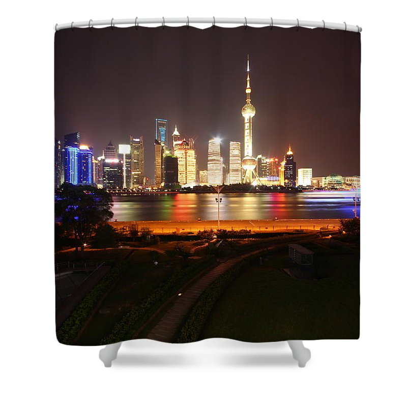 Tranquility Shower Curtain featuring the photograph The Bund Img_2968 by Xiaozhu Yuan