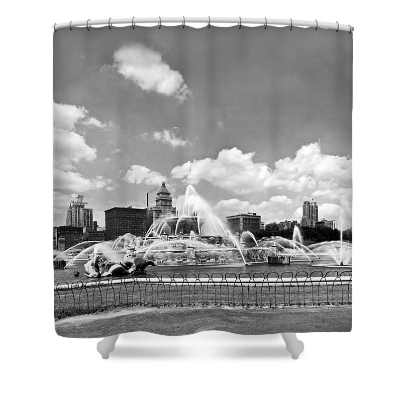 1950's Shower Curtain featuring the photograph Buckingham Fountain In Chicago by Underwood Archives