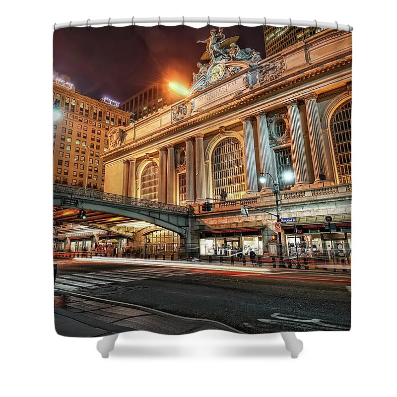 Statue Shower Curtain featuring the photograph Grand Central Station by Daniel Chui