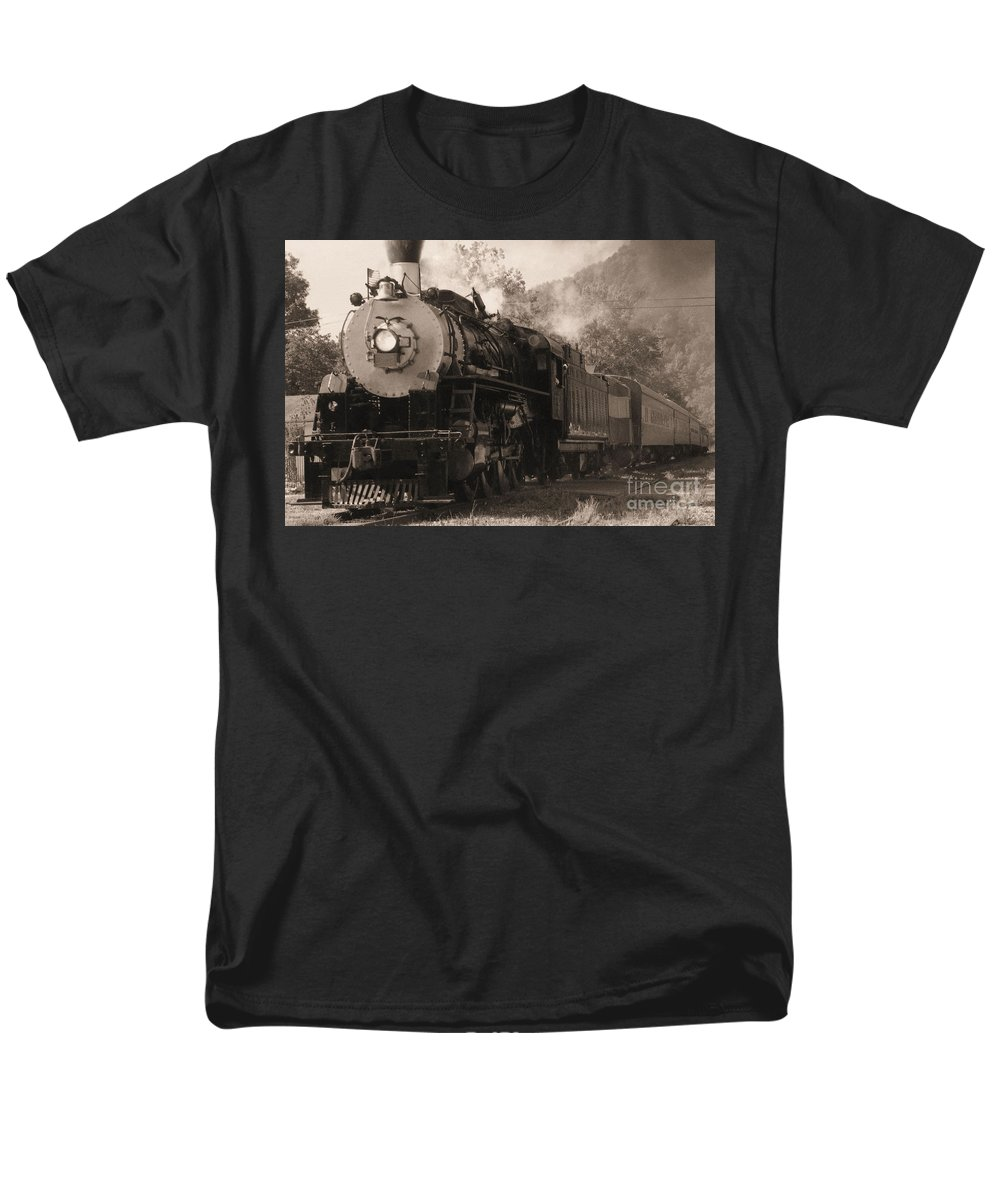 Trains Men's T-Shirt (Regular Fit) featuring the photograph Coming Around The Mountain by Richard Rizzo
