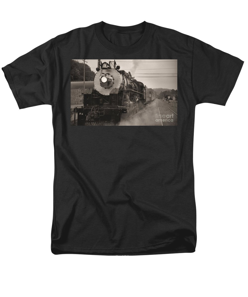 Trains Men's T-Shirt (Regular Fit) featuring the photograph The 1702 At Dillsboro by Richard Rizzo