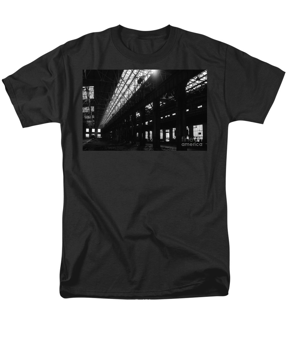 Buildings Men's T-Shirt (Regular Fit) featuring the photograph The Back Shop by Richard Rizzo