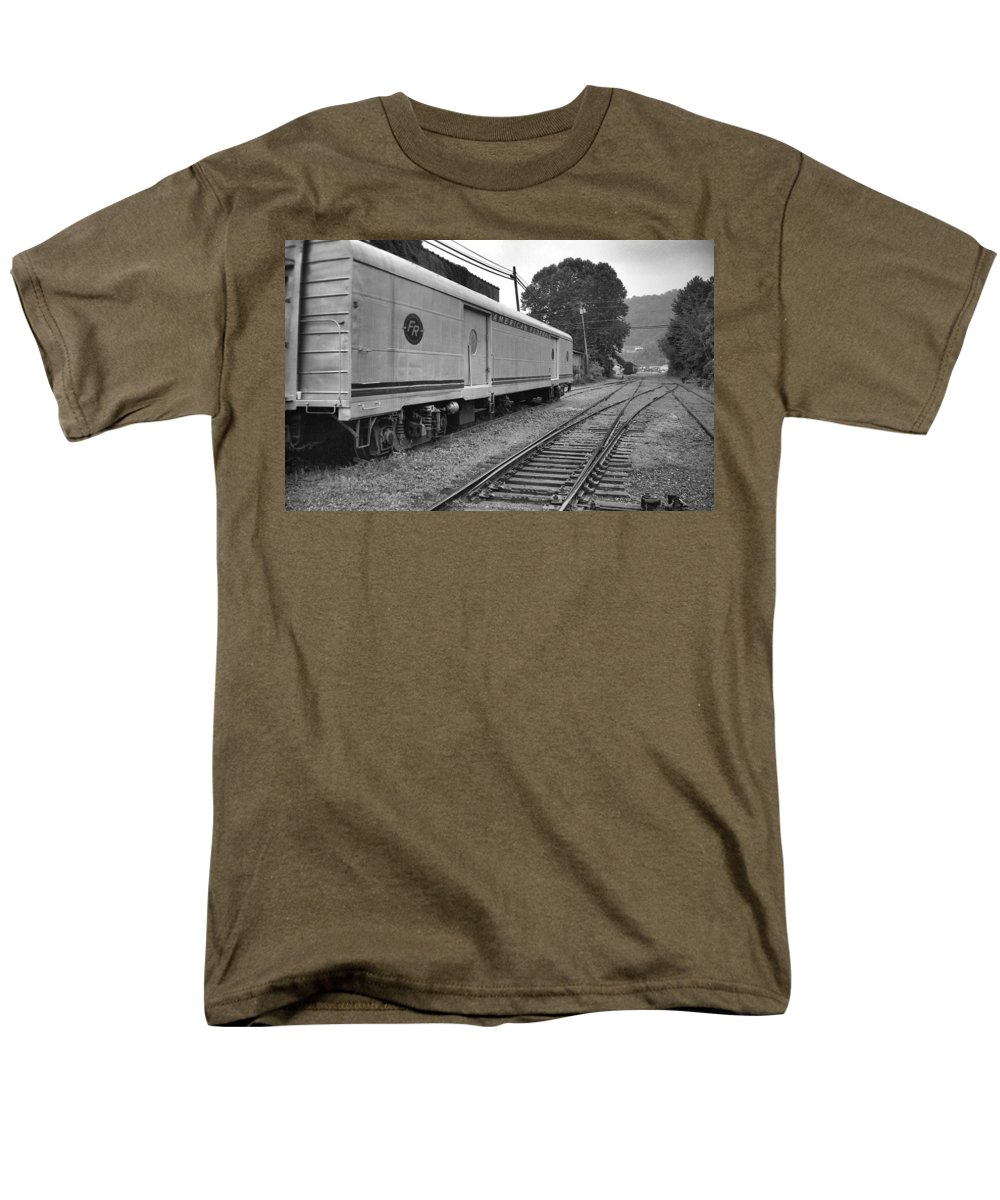 Trains Men's T-Shirt (Regular Fit) featuring the photograph American Federail by Richard Rizzo