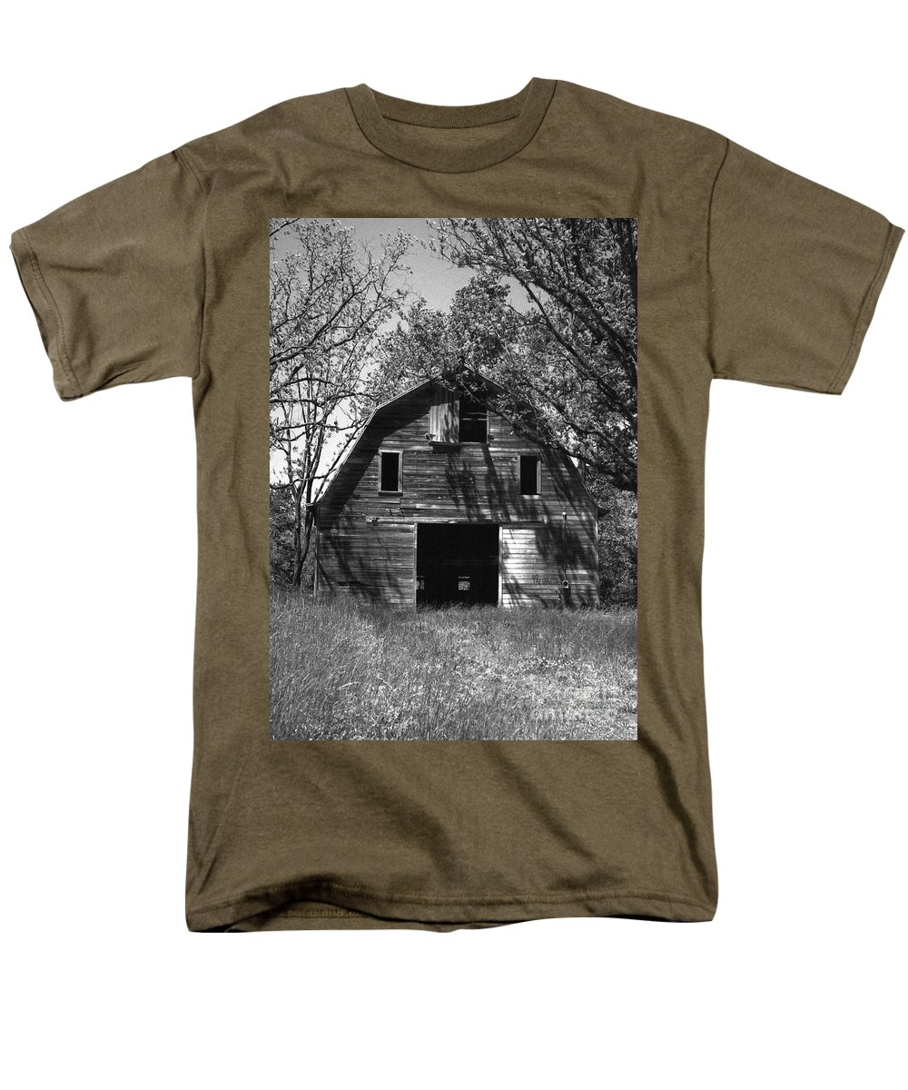 Barrns Men's T-Shirt (Regular Fit) featuring the photograph Old Cedar Barn by Richard Rizzo