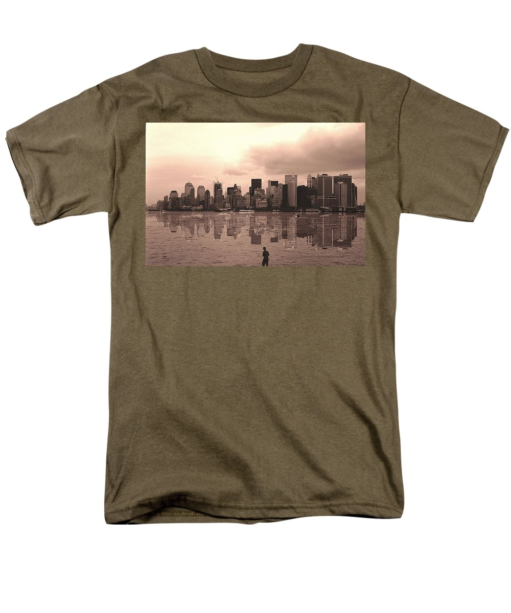 Photo Men's T-Shirt (Regular Fit) featuring the photograph We are watched by Enrique Crusellas