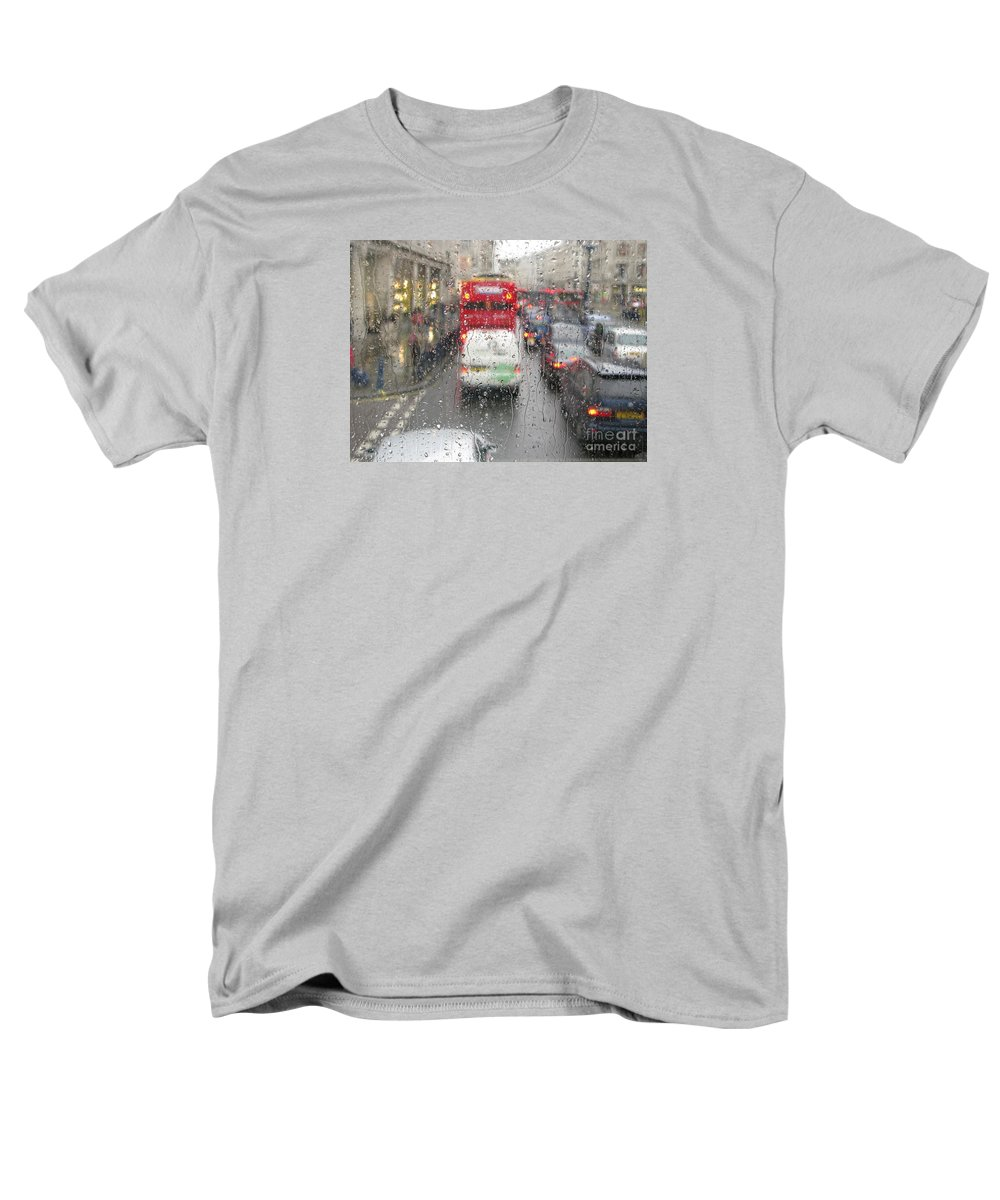 London Men's T-Shirt (Regular Fit) featuring the photograph Rainy Day London Traffic by Ann Horn