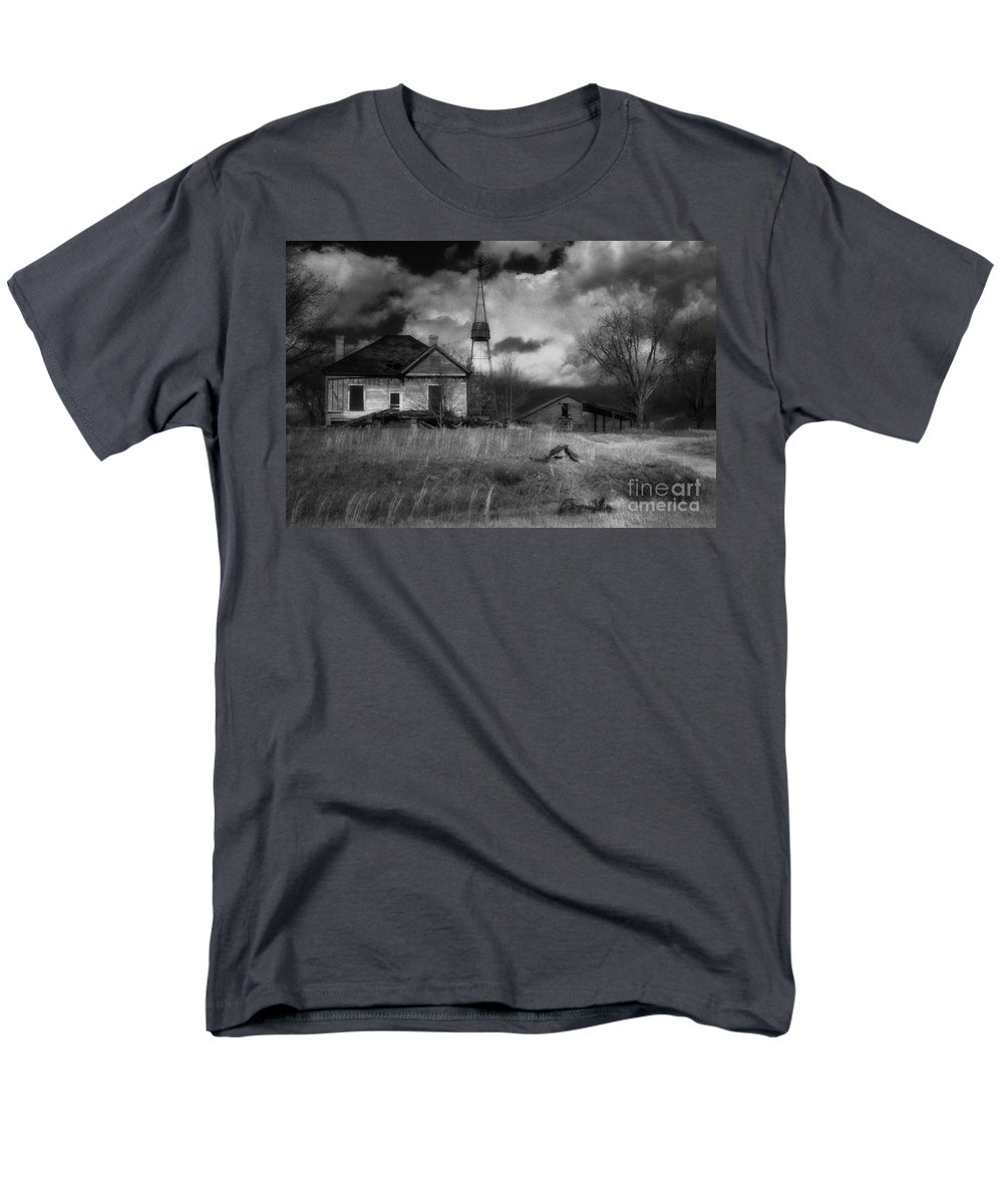 Farms Men's T-Shirt (Regular Fit) featuring the photograph Old Georgia Farm by Richard Rizzo
