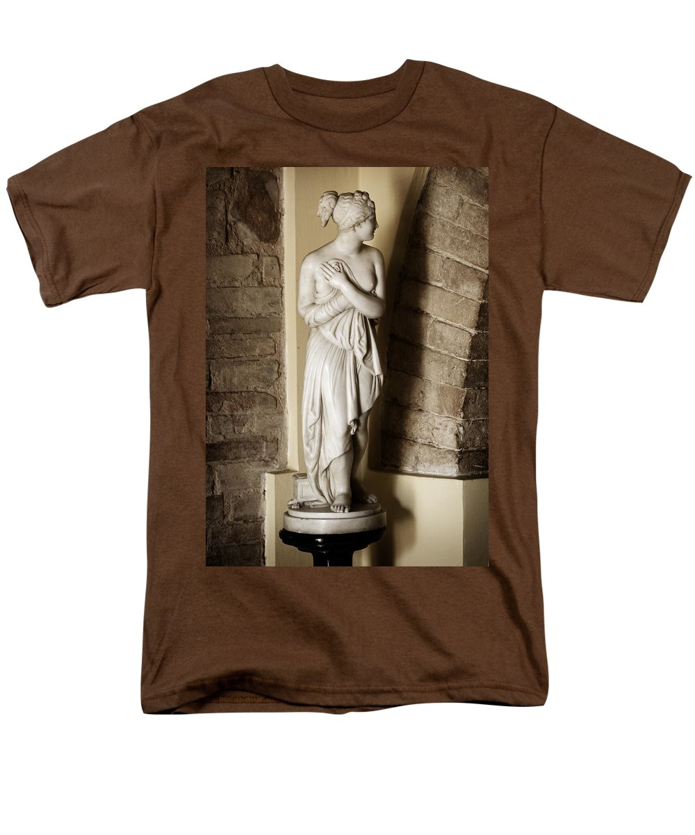 Statue Men's T-Shirt (Regular Fit) featuring the photograph Peering Woman by Marilyn Hunt