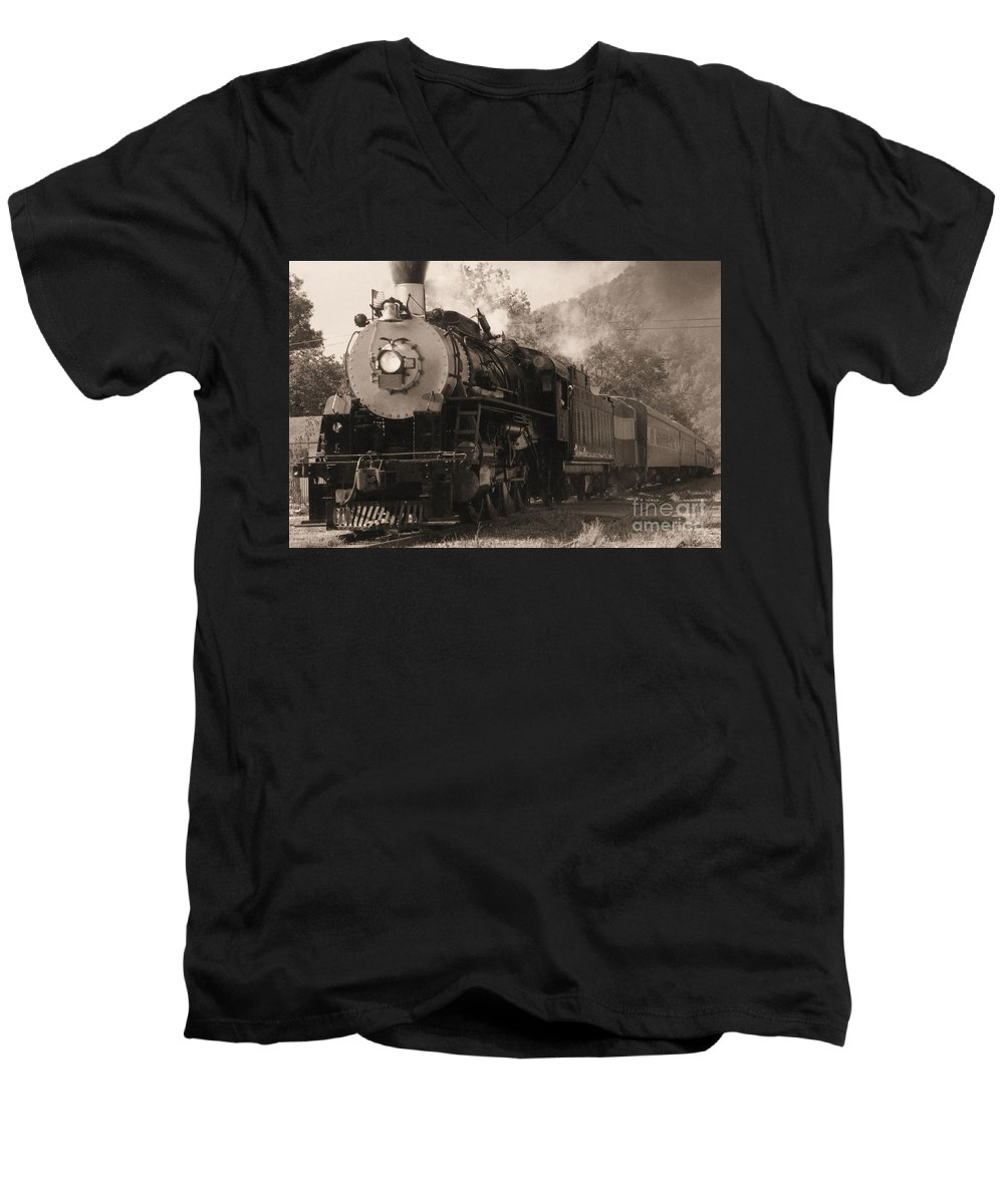 Trains Men's V-Neck T-Shirt featuring the photograph Coming Around The Mountain by Richard Rizzo
