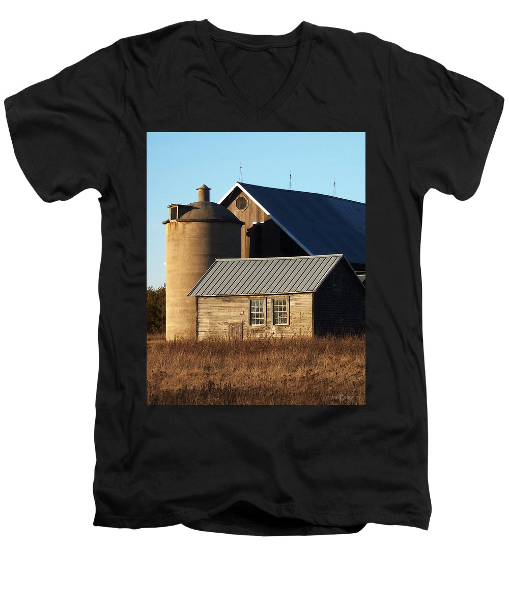 Barn Men's V-Neck T-Shirt featuring the photograph Barn At 57 And Q by Tim Nyberg