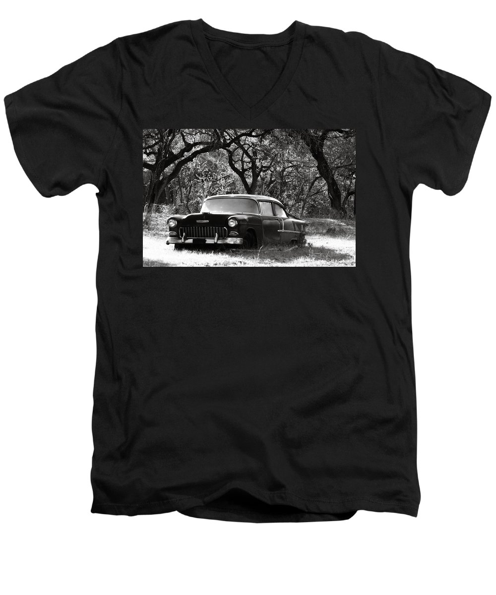 Americana Men's V-Neck T-Shirt featuring the photograph Resting Amongst The Oaks by Marilyn Hunt