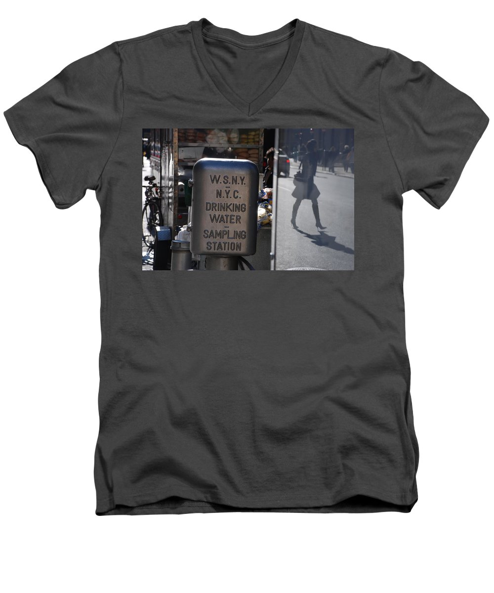 Street Scene Men's V-Neck T-Shirt featuring the photograph Nyc Drinking Water by Rob Hans