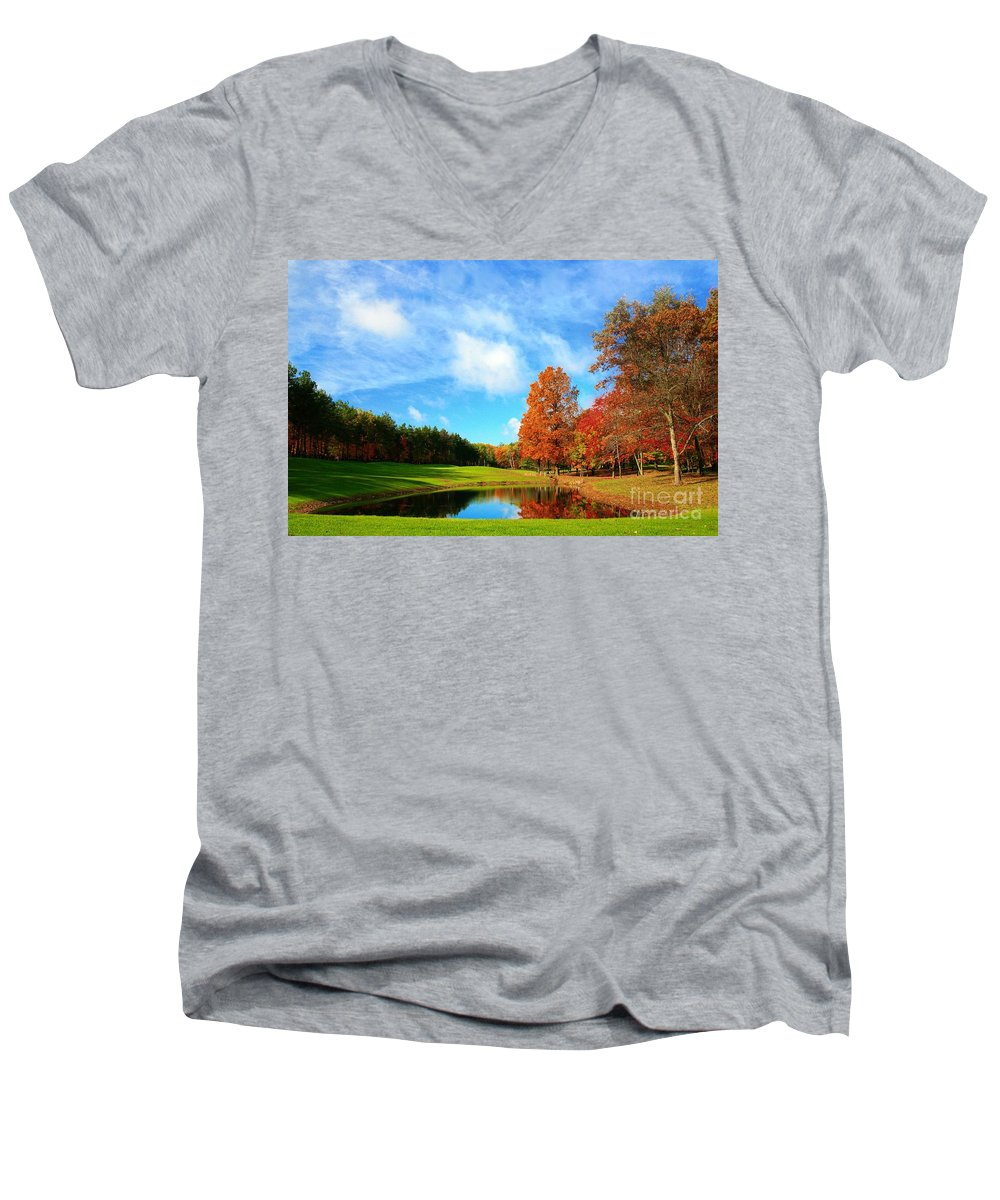Golf Men's V-Neck T-Shirt featuring the photograph 18th Hole Par3 by Robert Pearson