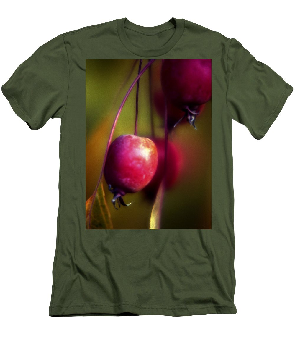 Macro Men's T-Shirt (Athletic Fit) featuring the photograph Crabapple by Lee Santa