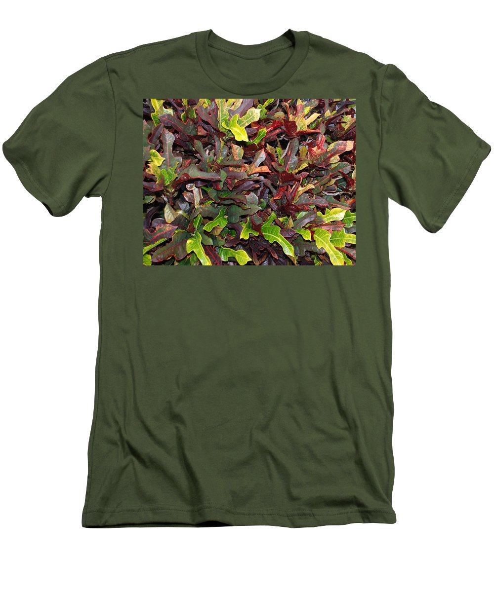 Macro Men's T-Shirt (Athletic Fit) featuring the photograph Red Green Leaves by Rob Hans