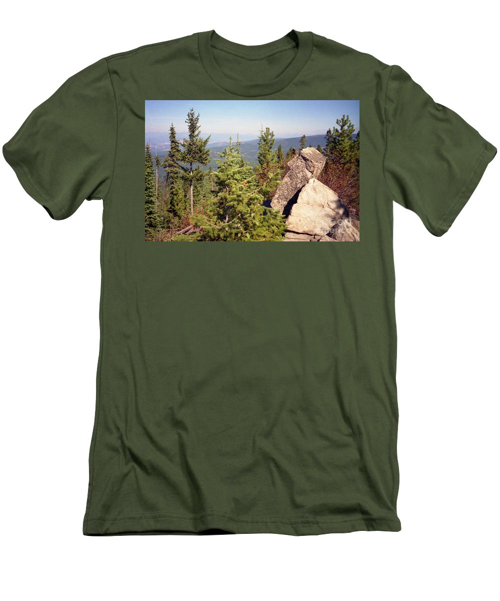 Landscapes Men's T-Shirt (Athletic Fit) featuring the photograph The Star Gazer by Richard Rizzo