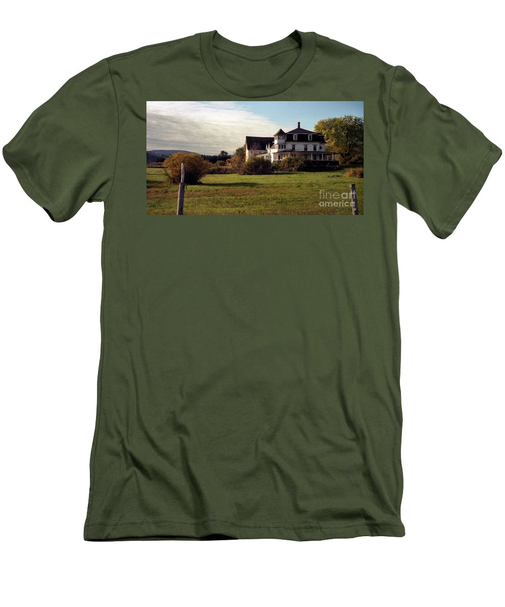 Vermont Men's T-Shirt (Athletic Fit) featuring the photograph Vermont Farmhouse by Richard Rizzo