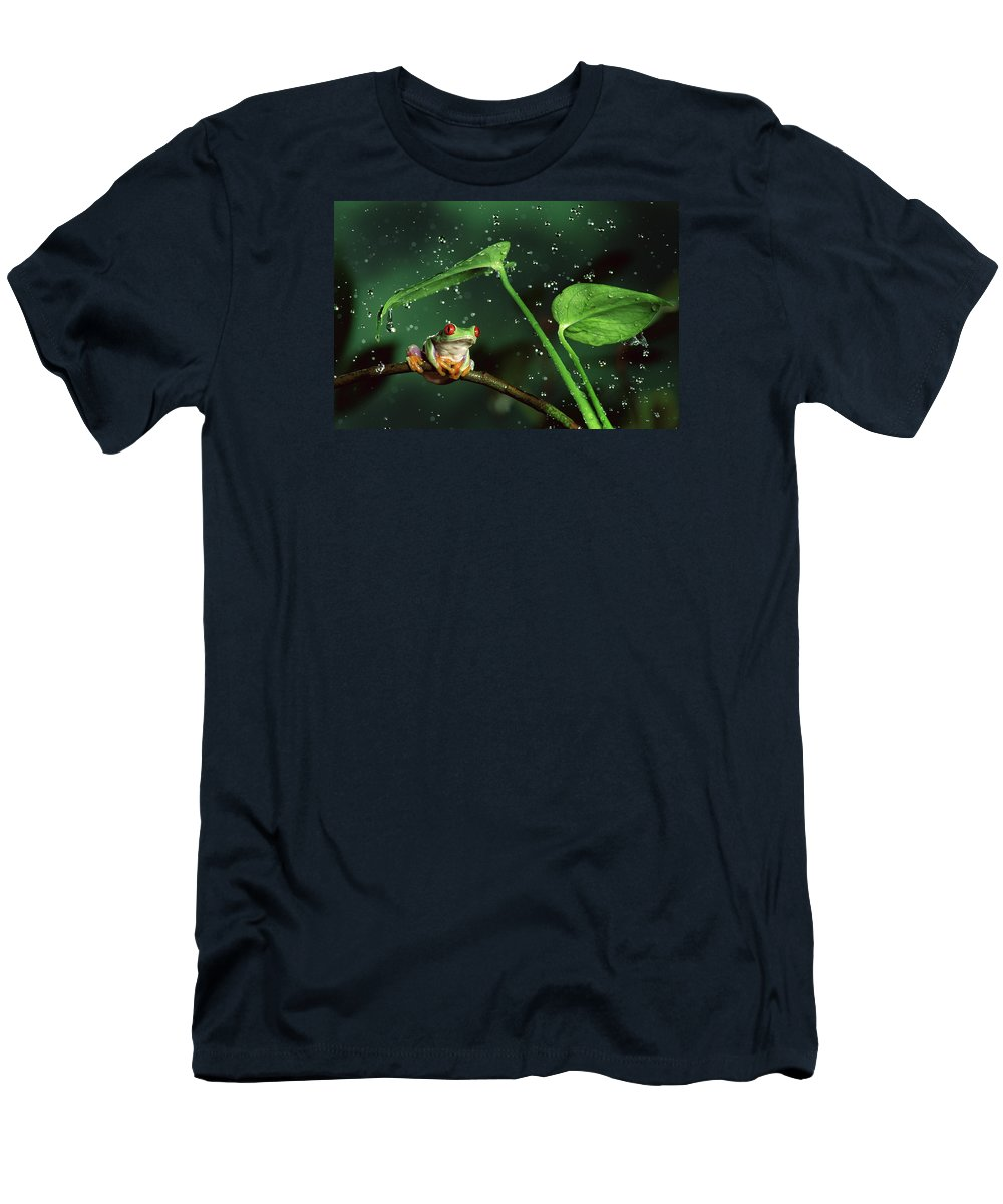 00640065 Men's T-Shirt (Athletic Fit) featuring the photograph Red-eyed Tree Frog In The Rain by Michael Durham