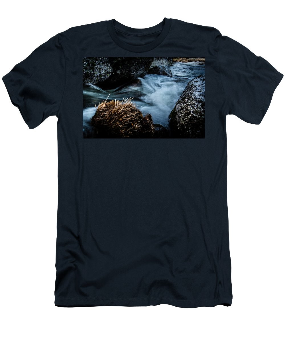 Valley Men's T-Shirt (Athletic Fit) featuring the photograph Living Water by Edgar Laureano