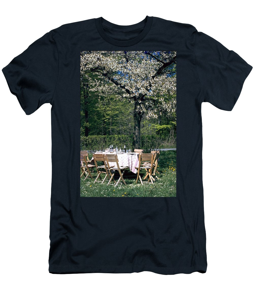 Lunch Men's T-Shirt (Athletic Fit) featuring the photograph Lunch by Flavia Westerwelle