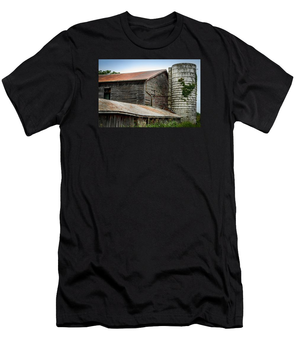 Shenandoah Valley T-Shirt featuring the photograph Abandoned Barn by Pat Scanlon