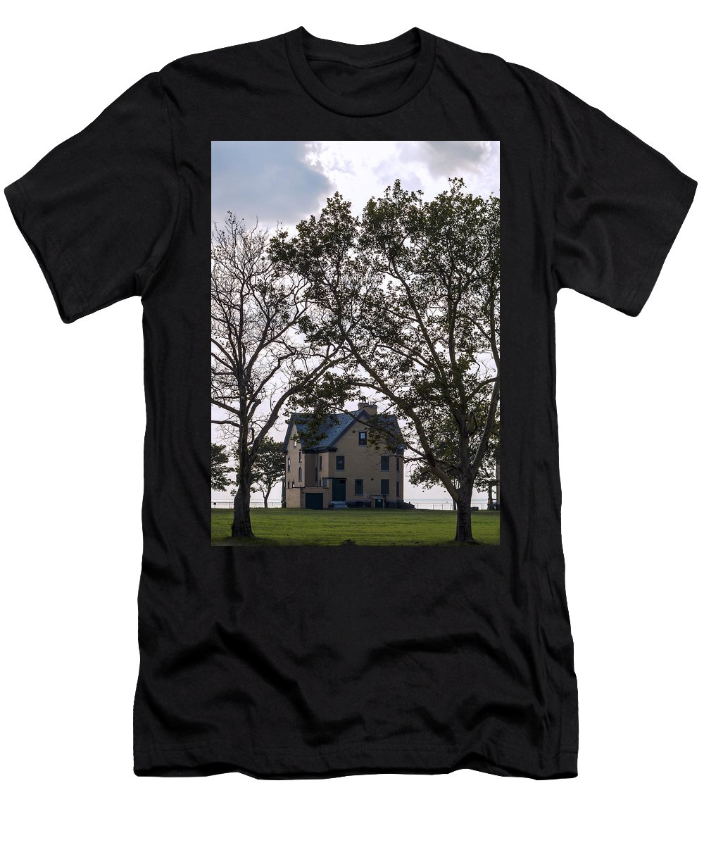 Shrewsbury Men's T-Shirt (Athletic Fit) featuring the photograph Bay Front by Pablo Rosales
