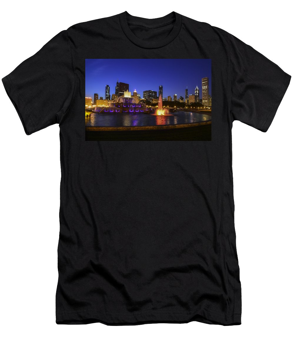 Chicago Men's T-Shirt (Athletic Fit) featuring the photograph Chicago Buckingham Fountain by Patrick Warneka