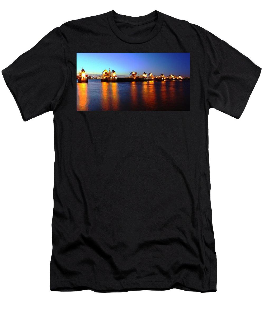 London  Men's T-Shirt (Athletic Fit) featuring the photograph London Thames River by Mariusz Czajkowski