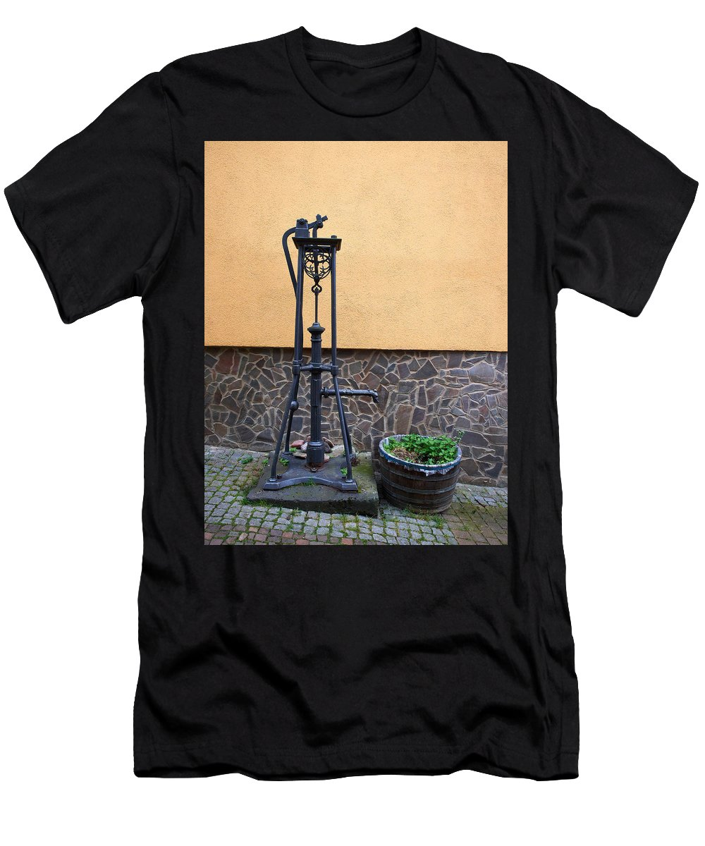 Alankomaat Men's T-Shirt (Athletic Fit) featuring the photograph The Pump At St Goar Am Rhein by Jouko Lehto