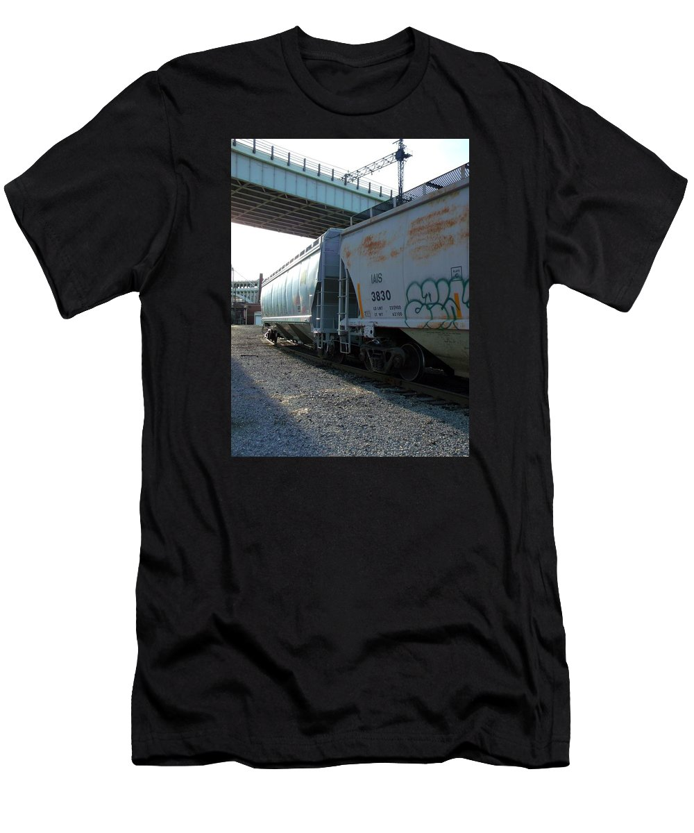 Train Men's T-Shirt (Athletic Fit) featuring the photograph Train In The City by Wendy Gertz