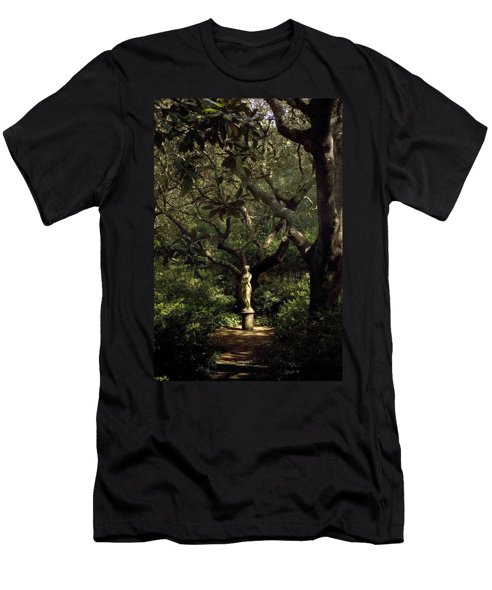 North Carolina Men's T-Shirt (Athletic Fit) featuring the photograph Virginia Dare Statue by Greg Reed