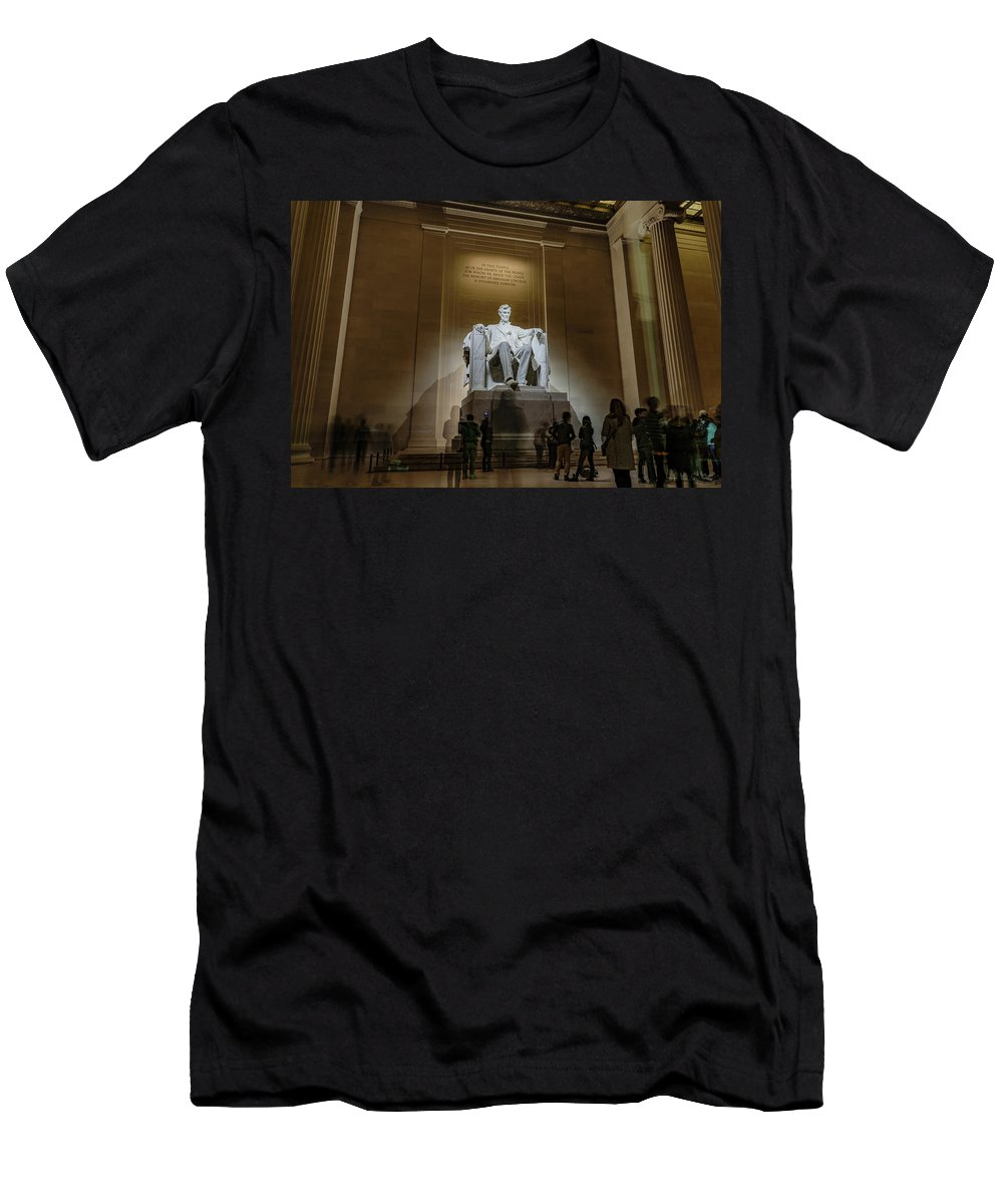 Lincoln Men's T-Shirt (Athletic Fit) featuring the photograph Lincoln Statue by Cityscape Photography
