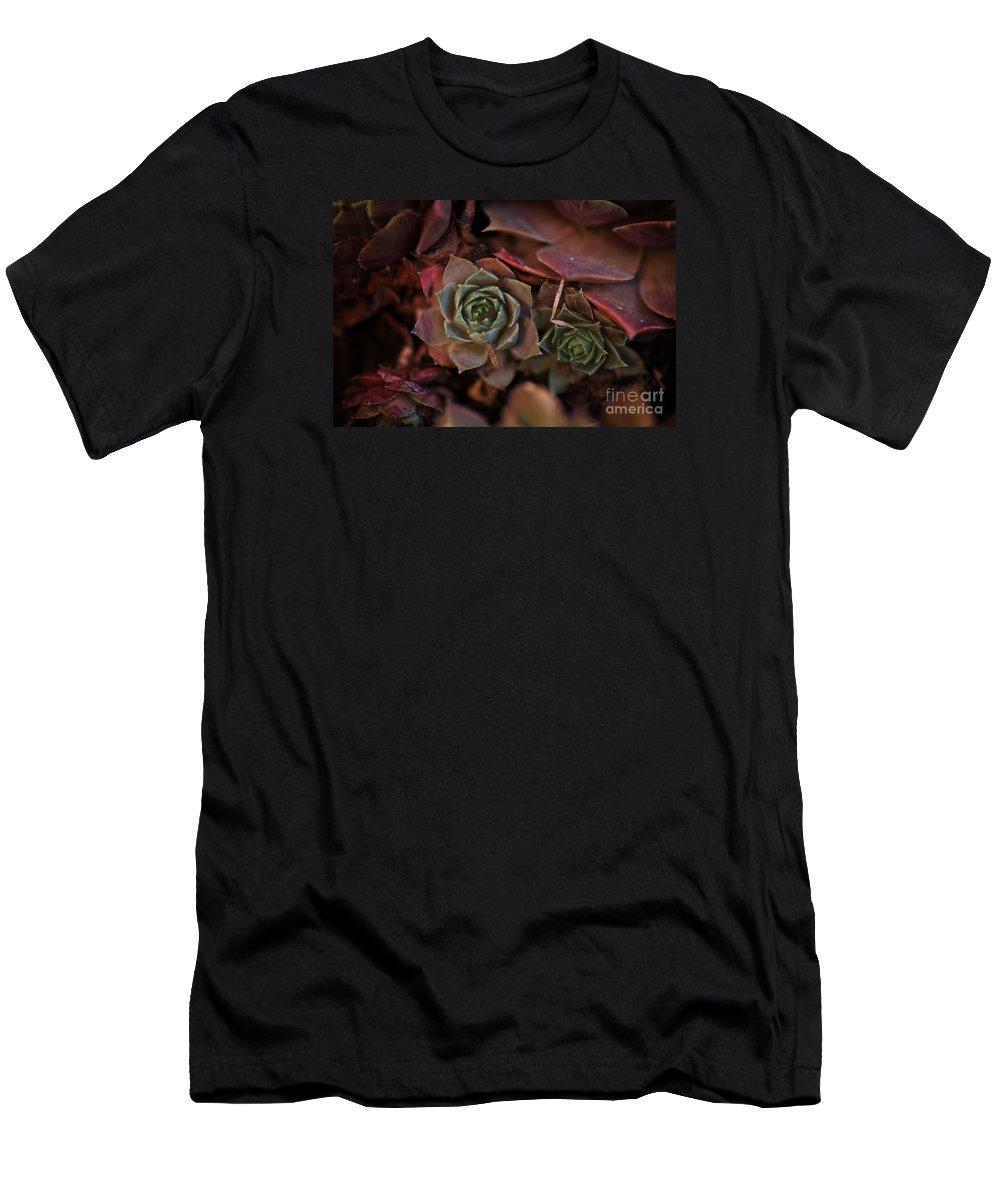 Macro Men's T-Shirt (Athletic Fit) featuring the photograph Deep Purple by Lynda Bouniol