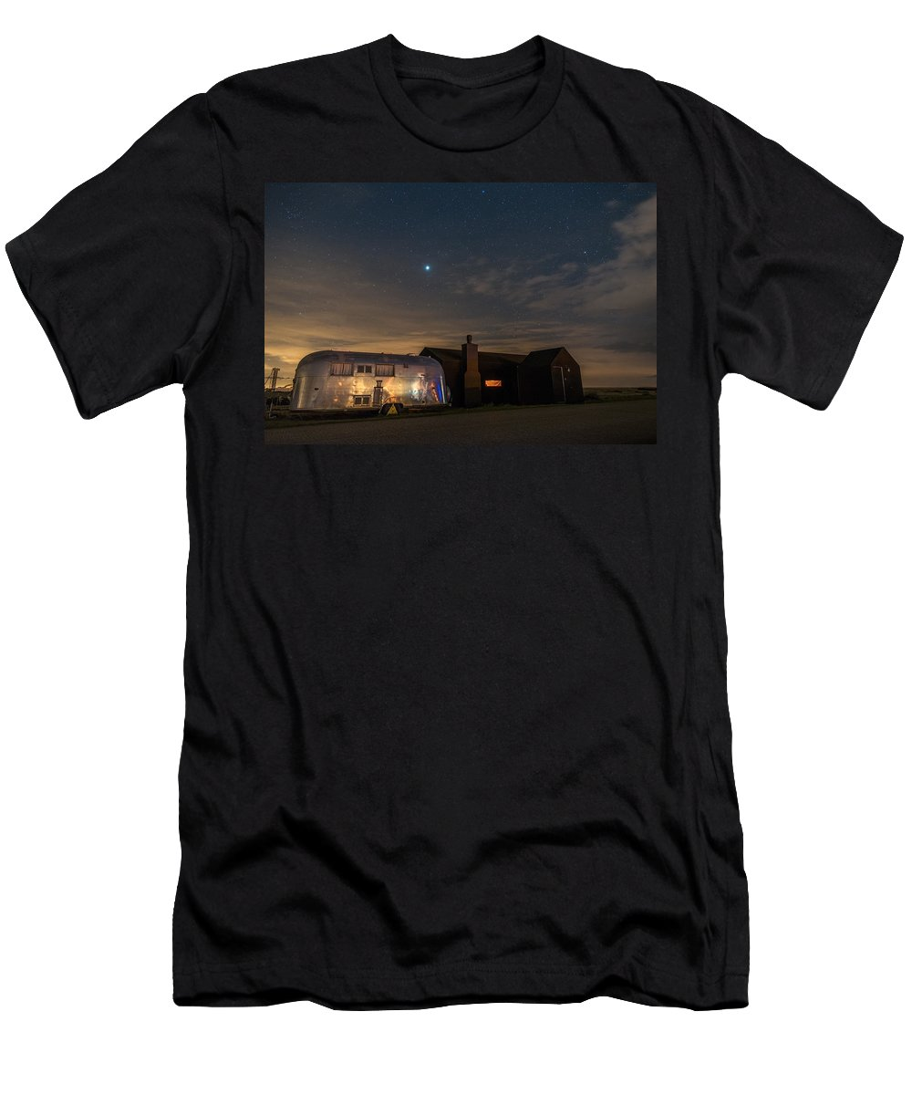 Caravan Men's T-Shirt (Athletic Fit) featuring the photograph Dungeness House And Airstream by David Attenborough