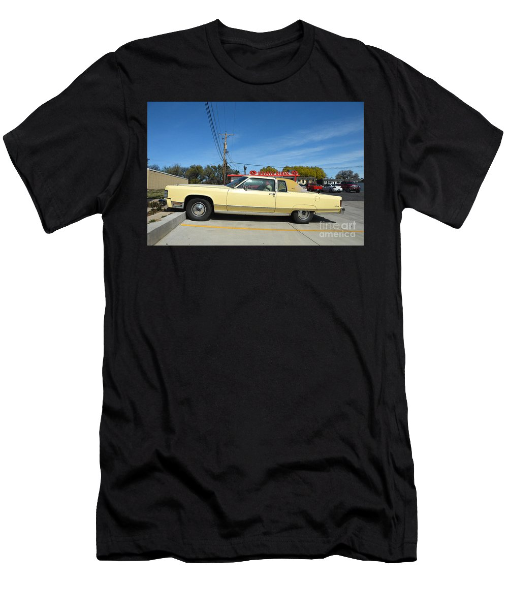 Lincoln Continental Men's T-Shirt (Athletic Fit) featuring the photograph Lincoln Continental At Brint's Diner by Catherine Sherman