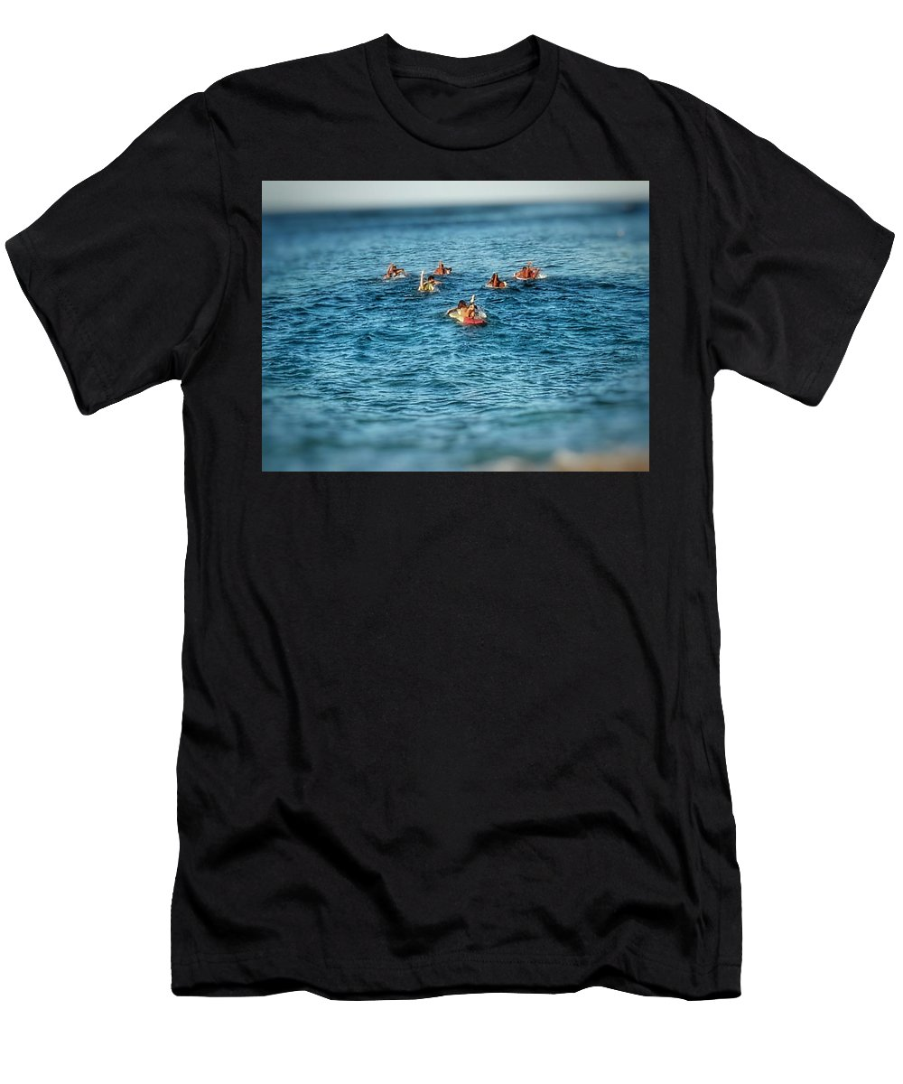 Mo'opuna Men's T-Shirt (Athletic Fit) featuring the photograph Na Mo'opuna Paddle Out by Suzan Kim