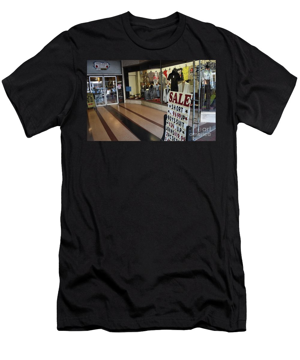 Culture Men's T-Shirt (Athletic Fit) featuring the photograph New York Style In Color by Skip Willits