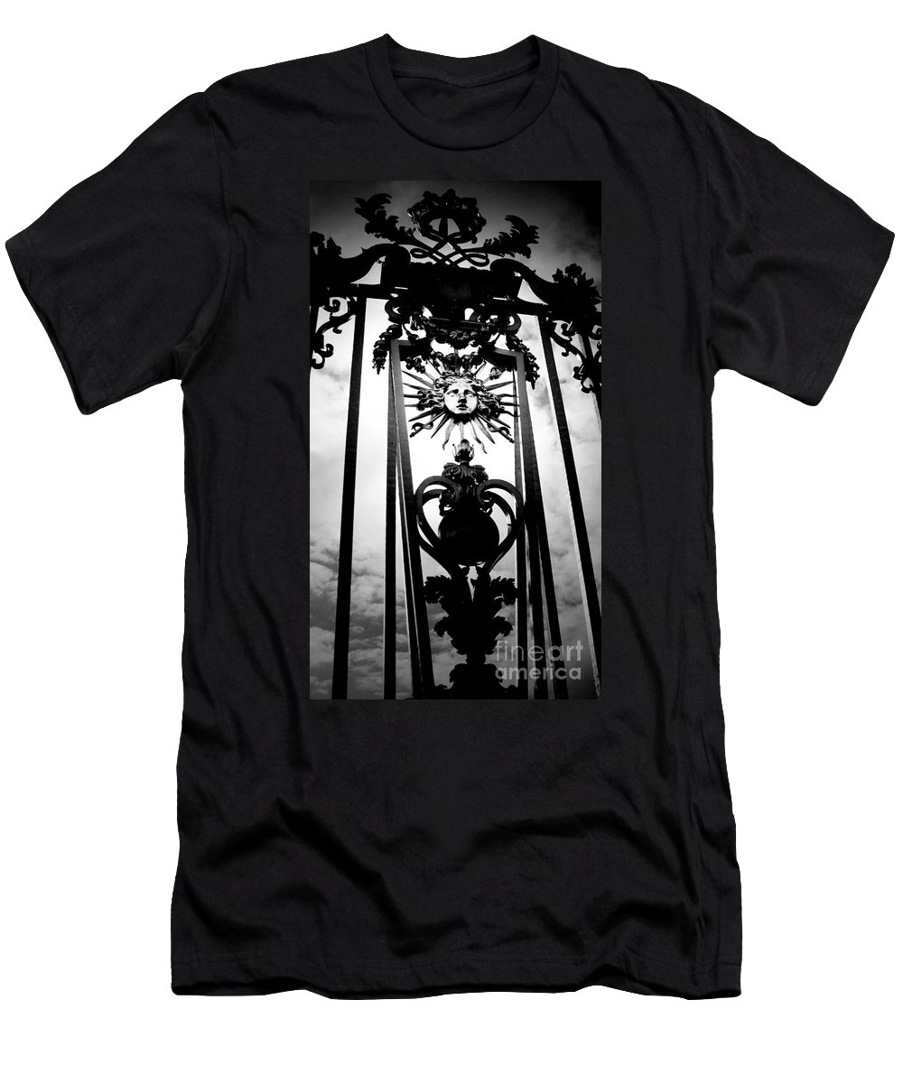 London T-Shirt featuring the photograph Palace Gate by Amanda Barcon