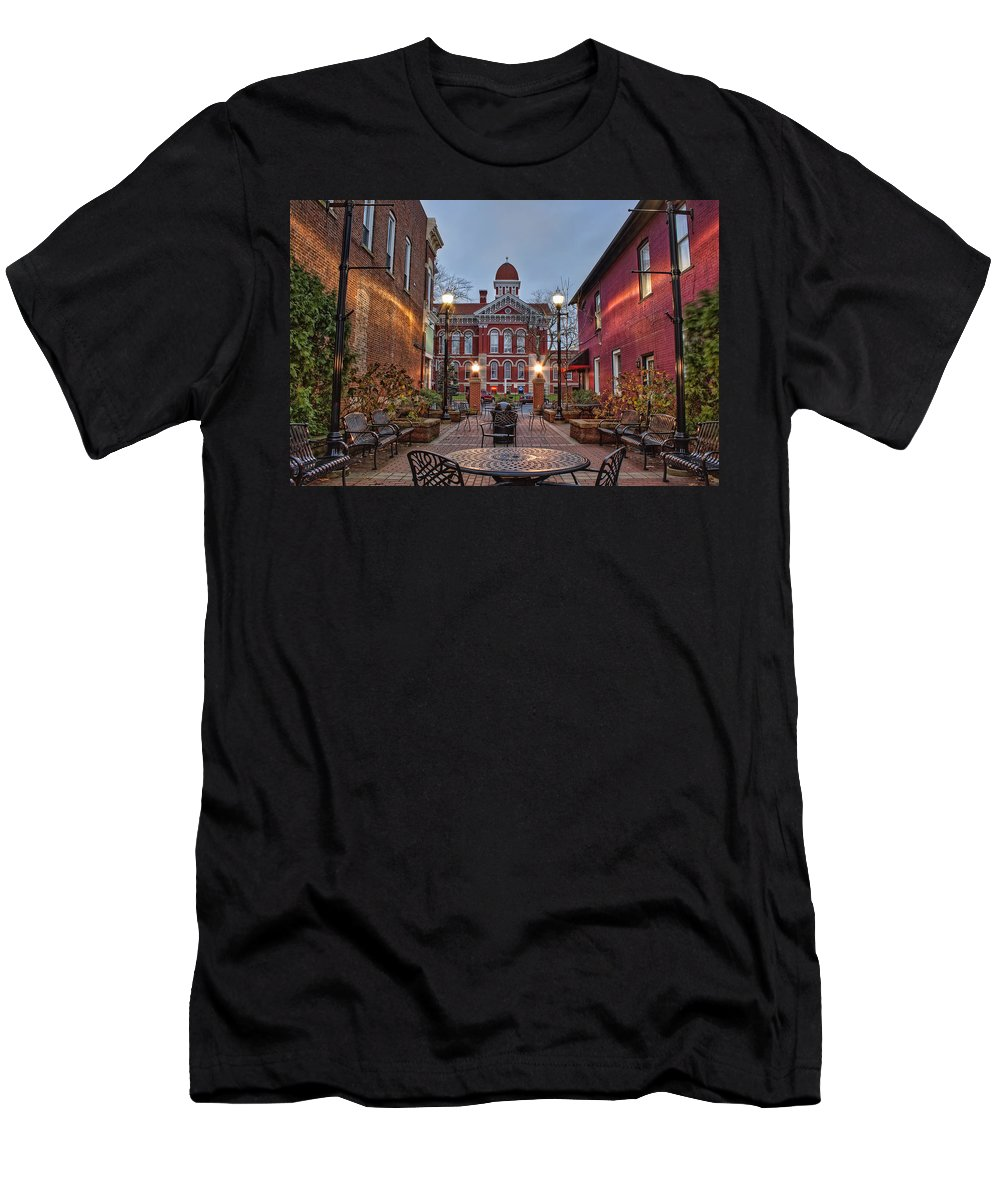 Courthouse Men's T-Shirt (Athletic Fit) featuring the photograph Parry Court by Scott Wood