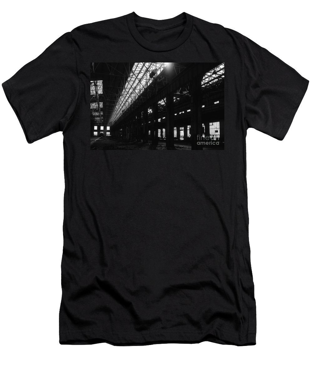 Buildings Men's T-Shirt (Athletic Fit) featuring the photograph The Back Shop by Richard Rizzo