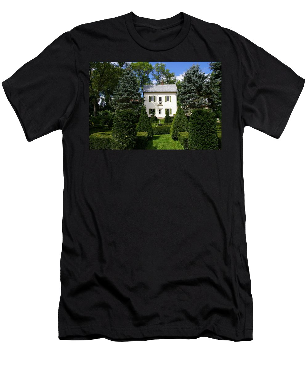 House Men's T-Shirt (Athletic Fit) featuring the photograph The Little White House by Tom Reynen
