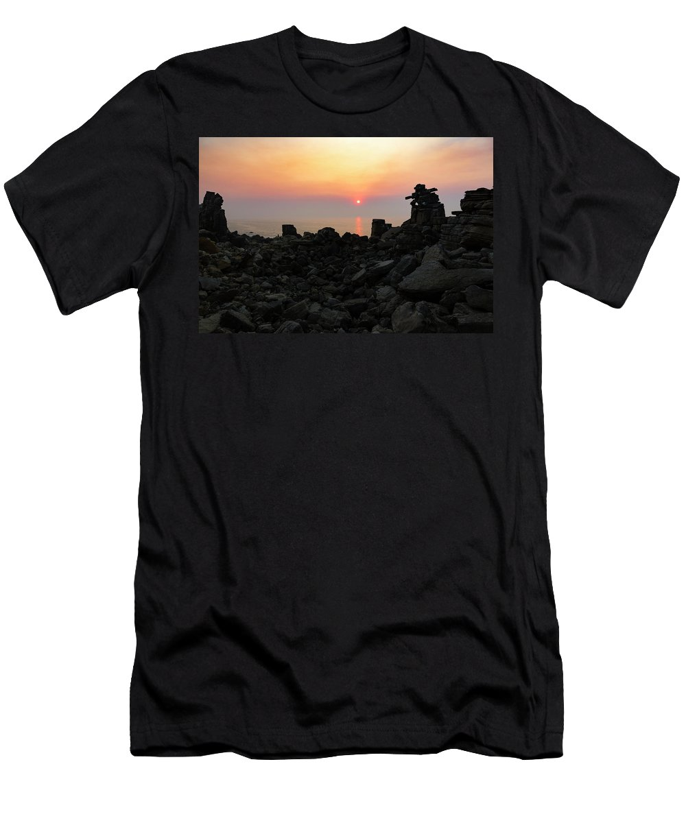 Cloud Men's T-Shirt (Athletic Fit) featuring the photograph Thinker by Edgar Laureano