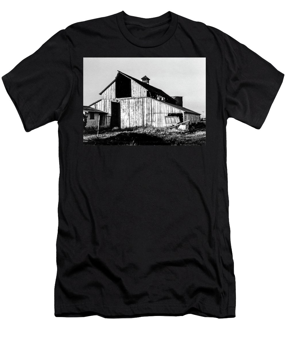 Barn Men's T-Shirt (Athletic Fit) featuring the photograph White Barn by Gene Parks