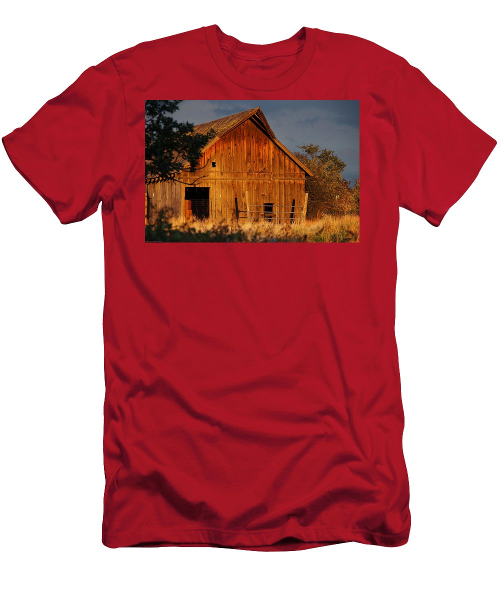 Ashland Men's T-Shirt (Athletic Fit) featuring the photograph Ashland Barn In Evening Light by Mick Anderson