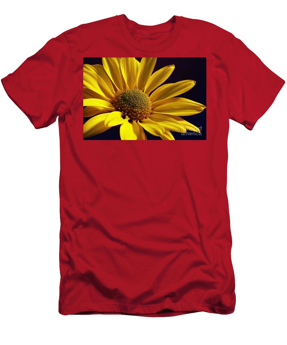 Flower Men's T-Shirt (Athletic Fit) featuring the photograph Daisy by Lois Bryan