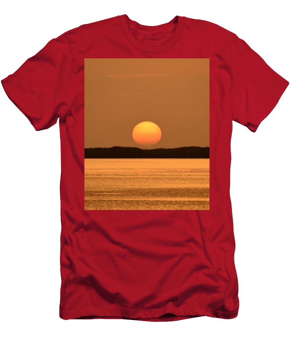 Solar Set Men's T-Shirt (Athletic Fit) featuring the photograph Setting Sun On Coastal Florida by David Lee Thompson